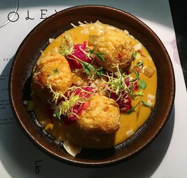Sötpotatisfritters med ananas och saffran- och kokoscurry på Foley's i London.