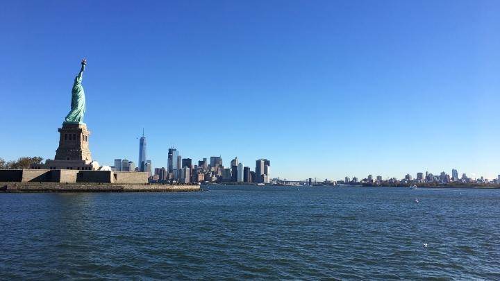 Utsikt från färjan till Ellis Island, New York.